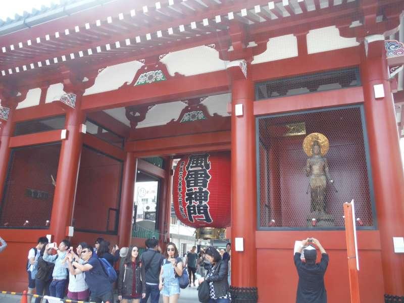 Kaminarimon and a big lantern