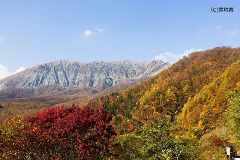 View of autumn leaf colors at Kagikake Pass