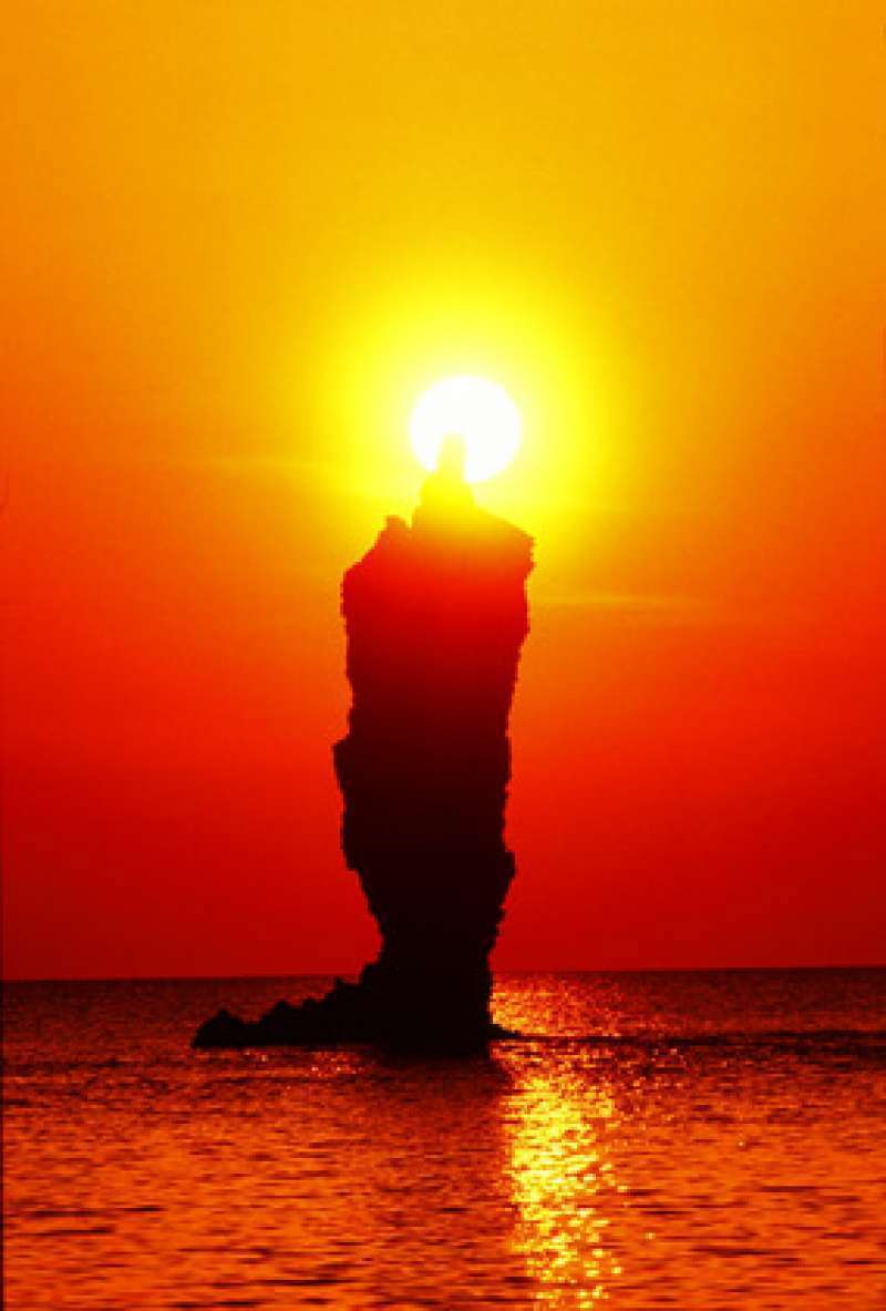 Rosoku-jima (Candle Island): This 20m-tall rock looks like a giant candle lit by the flame of the sunset. This magical scene can be seen from the sightseeing boat only.